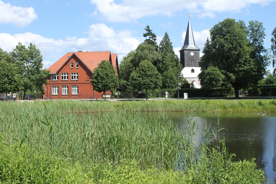 Falkenhagener Anger mit Kirche in Falkensee, Havelland