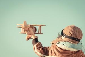 Kind mit Flugzeug