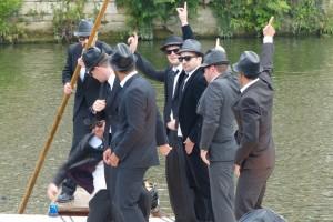 """""""Blues Brothers"""" beim Tübinger Stocherkahnrennen Foto: Barbara Honner © Verkehrsverein Tübingen"""