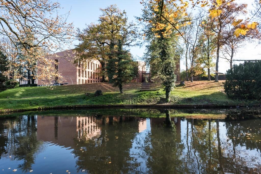 Hotel und Park im Herbst