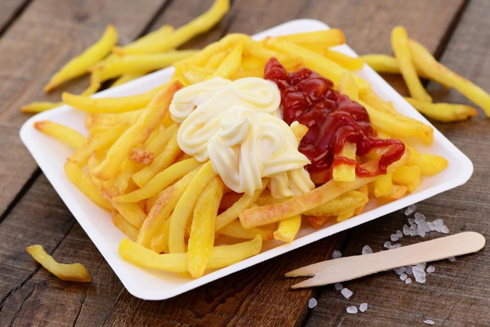 Pommes Schranke mit Ketchup und Mayo - Kulinarisches aus dem Ruhrgebiet