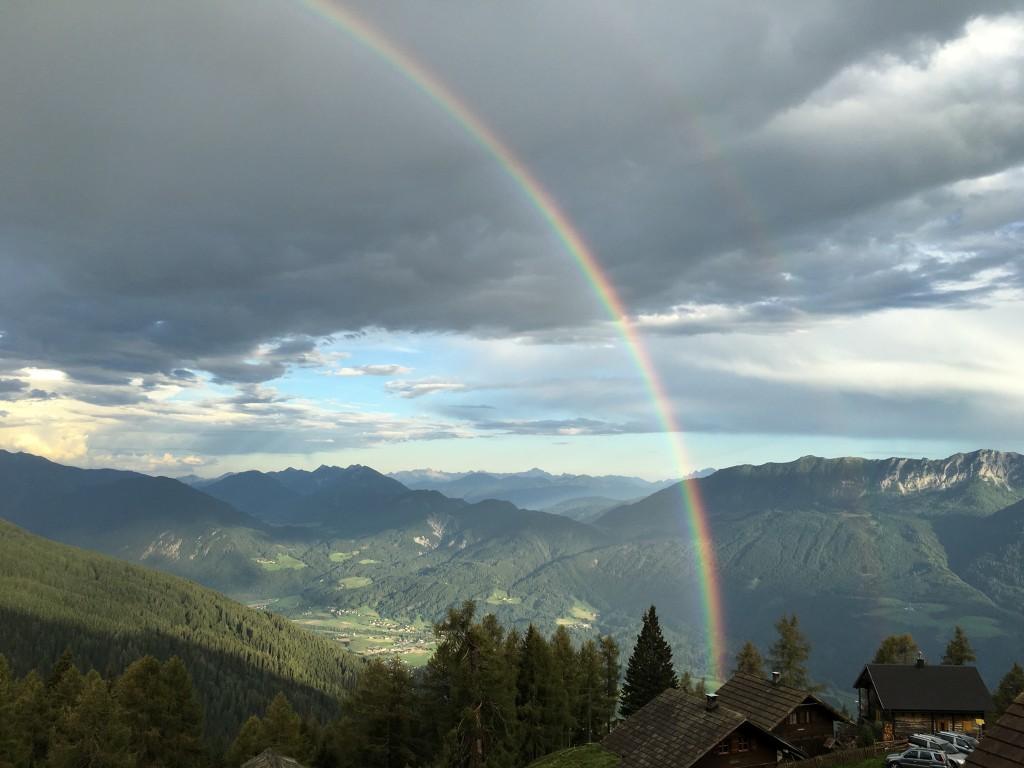 Regenbogen in den Bergen Kärntens von Thomas Grimm