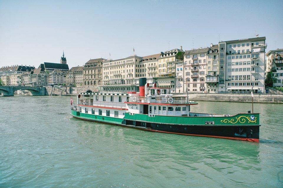 Ausflugsschiff auf dem Rhein in Basel