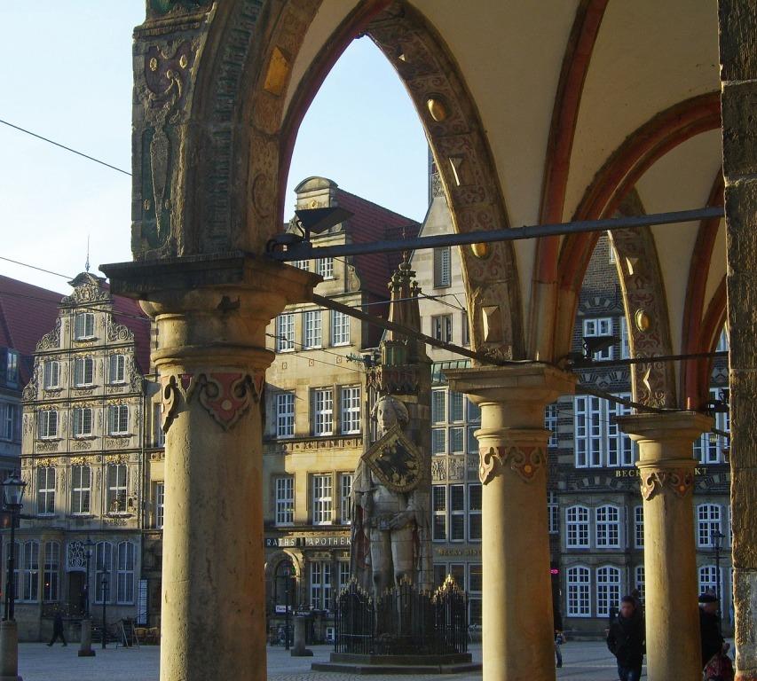 Bremer Rathausarkaden mit Roland