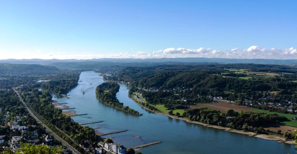 Blick vom Drachenfels auf das Rheintal und Nonnenwert