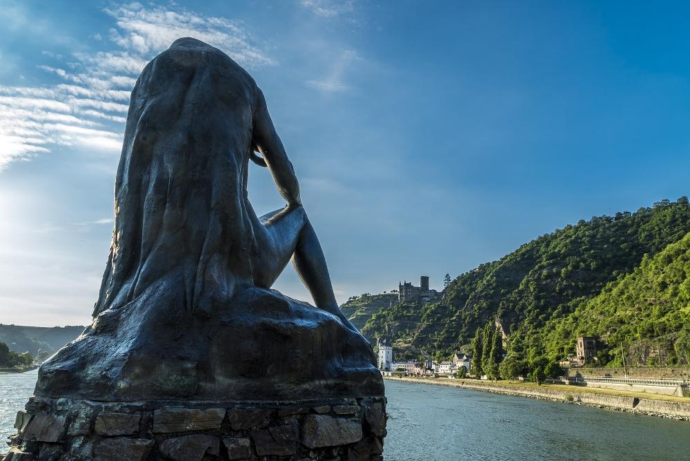 Loreley am Rhein blickt auf Sankt Goarshausen und Burg Katz