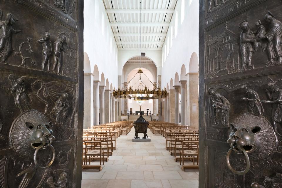 Bernwardtür mit Blick in den Hildesheimer Dom