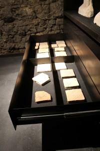 Schublade mit Exponaten in der Zehntscheune